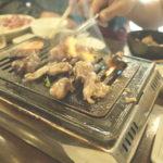 焼肉食べ放題で最初にでてくる盛り合せに鶏肉を大量にだす店は