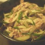 茹で鶏ときゅうりの梅肉和えを作る。食欲ない夏にぴったりの副菜。